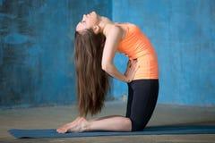 Pięknej kobiety Klęczeć kwadrata ćwiczy rozciągliwość Fotografia Royalty Free
