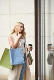 Pięknej kobiety nadokienny zakupy zdjęcie stock