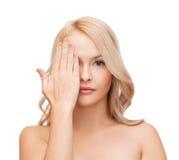 Pięknej kobiety nakrywkowa połówka twarz z ręką Obrazy Stock
