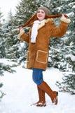 Pięknej kobiety pełna długość na zimie plenerowej, śnieżni jedlinowi drzewa w lesie, długi czerwony włosy, jest ubranym barankowe Zdjęcia Royalty Free