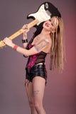 Pięknej kobiety punkowy bujak z gitarą elektryczną Fotografia Stock