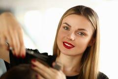 Pięknej kobiety Tnący Męski włosy w piękno salonie obrazy stock