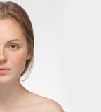 Pięknej kobiety twarzy portreta przyrodni potomstwa odizolowywający na bielu zdjęcia stock