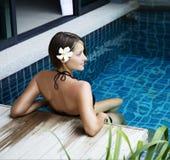 Pięknej kobiety wzorcowy pozować basenem fotografia stock