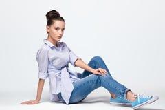Pięknej kobiety wzorcowy pozować w cajgach, koszula i sneakers w studiu Kaukaski, elegancja Obraz Royalty Free