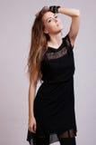 Pięknej kobiety wzorcowy pozować w eleganckiej sukni obraz royalty free