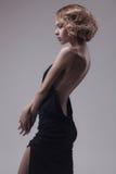 Pięknej kobiety wzorcowy pozować w eleganckiej sukni obrazy royalty free