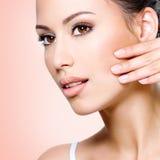 Pięknej kobiety wzruszająca skóra twarz Zdjęcie Stock