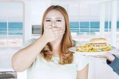 Pięknej kobiety zamknięty usta dla fasta food Fotografia Stock