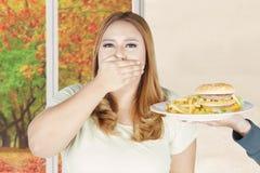 Pięknej kobiety zamknięty usta z szybkim żarciem Fotografia Royalty Free
