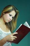 pięknej książkowej dziewczyny czerwoni whit potomstwa obrazy stock