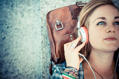 Pięknej młodej blondynka modnisia kobiety słuchająca muzyka zdjęcia royalty free