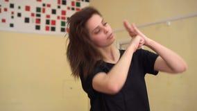 Pięknej młodej brunetki kobiety ćwiczy taniec w tana studiu zdjęcie wideo