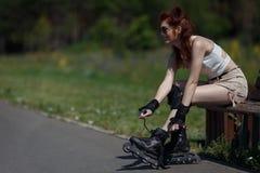 Pięknej młodej dziewczyny rolkowy łyżwiarstwo zdjęcia royalty free