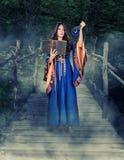 Pięknej młodej Halloween czarownicy dziewczyny rzucona magia obrazy stock