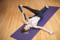 Pięknej młodej kobiety ćwiczy joga w studiu Fotografia Stock