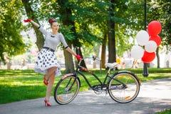 Pięknej młodej kobiety szpilki retro styl z bicyklem fotografia royalty free