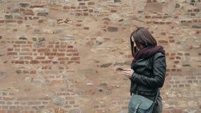 Pięknej młodej kobiety Turystyczny odprowadzenie I Używać Jej Smartphone, Podróżny pojęcie zbiory wideo
