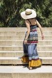 Pięknej młodej kobiety wspinaczkowi schodki obraz royalty free
