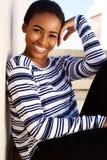 Pięknej młodej murzynki uśmiechnięty outside Zdjęcie Stock