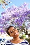 Pięknej młodej murzynki uśmiechnięty outside w wiośnie Obrazy Stock
