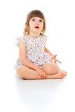 Pięknej małej dziewczynki siedzący dziecko Fotografia Royalty Free
