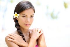 Pięknej mieszanej biegowej dziewczyny piękna naturalny portret Zdjęcia Royalty Free