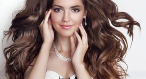 Pięknej mody dziewczyny modela uśmiechnięty portret Długi zdrowy Falisty Obrazy Royalty Free