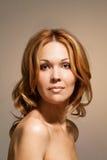 Pięknej nagiej kobiety przyglądający prosty portret Fotografia Royalty Free