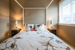 Pięknej nieociosanej sypialni wewnętrzny projekt Zdjęcia Stock
