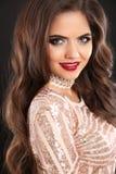 Pięknej oszałamiająco brunetki kobiety uśmiechnięty portret Falistego włosy st Zdjęcia Stock