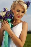 Pięknej panny młodej niebieskich oczu zieleni blond pole Zdjęcie Royalty Free
