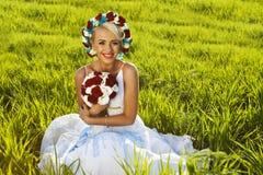 Pięknej panny młodej niebieskich oczu zieleni blond pole Obraz Royalty Free