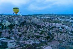 Pięknej panoramy sceniczny widok kolorowy kolor żółty szybko się zwiększać i Cappadocia góry krajobrazu ziemia od latanie balonu  fotografia stock