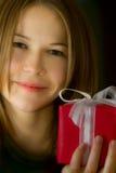 pięknej pudełkowatej prezenta dziewczyny mali potomstwa Zdjęcia Stock