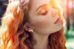 Pięknej rudzielec Norweska dziewczyna z dużymi piegami na twarzy w lasowym portrecie rudzielec kobiety zbliżenie w naturze i ocza obraz royalty free