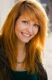 pięknej rudzielec uśmiechnięci potomstwa zdjęcia stock