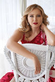 Pięknej seksownej blond kobiety makeup luxary smokingowa włosiana restauracja Zdjęcie Royalty Free