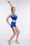Pięknej seksownej blondynki perfect sportowa szczupła postać angażująca w joga, ćwiczeniu lub sprawności fizycznej, prowadzi zdro Zdjęcia Royalty Free