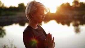 Pięknej seksownej kobiety ćwiczy joga robić różnym ćwiczeniom zbiory wideo