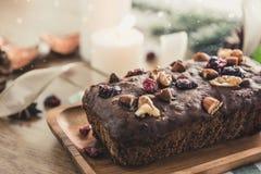 Pięknej smakowitej wysuszonej mieszanej dokrętki owoc Bożenarodzeniowy tort na drewnianym stole Zdjęcia Stock