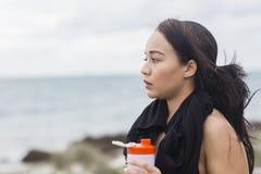 Pięknej sprawności fizycznej atlety kobiety odpoczynkowa woda pitna po treningu Obrazy Royalty Free