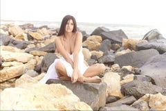 Pięknej szczęśliwej kobiety wzorcowy pokazuje piękno zdjęcia stock