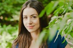 Pięknej szczęśliwej młodej kobiety uśmiechnięty headshot Zdjęcia Royalty Free