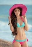 Pięknej szczupłej brunetki dziewczyny wzorcowy być ubranym w moda bikini i Obraz Royalty Free