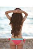 Pięknej szczupłej brunetki dziewczyny wzorcowy być ubranym w moda bikini res Obraz Stock