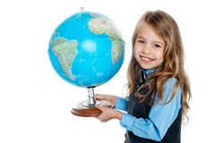 Pięknej szkoły dzieciaka mienia iść kula ziemska Zdjęcia Stock