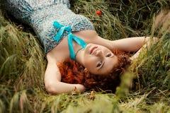pięknej trawy łgarska rudzielec kobieta Obraz Stock