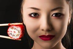 Pięknej twarzy młoda Koreańska dziewczyna z rolką, jaskrawy makeup Zdjęcia Stock