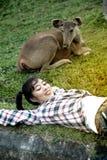 Pięknej uśmiechniętej Azjatyckiej kobiety łgarski puszek blisko rogacza fotografia stock